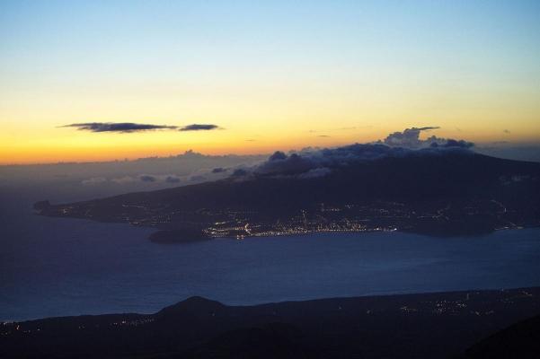 Blick auf Insel Faial, Bergsteigerstation, Naturschutzgebiet Montana do Pico, Berg Pico (hoechster Berg Portugals, 2351 Meter), Insel Pico, Azoren, Portugal, September 2011
