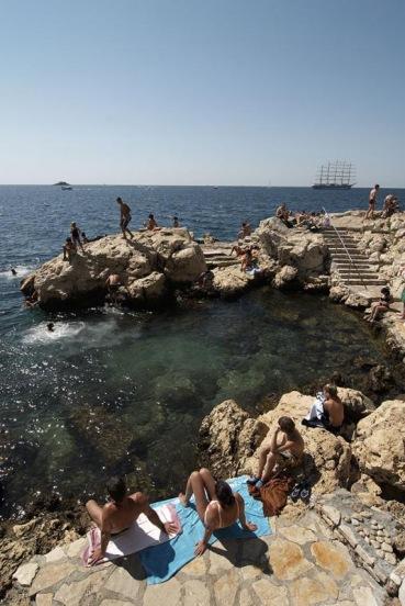 Baden an der Küste vom Ort Rovinji, Istrien, Kroatien