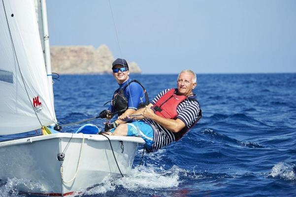 Anfaenger Gerorge Rowliy (65) mit Segellehrer Thomas Stepan (29), Segel- und Windsurfcenter Minorca Sailing, Bucht von Fornells, Fornells, Insel Menorca, Balearen, Spanien