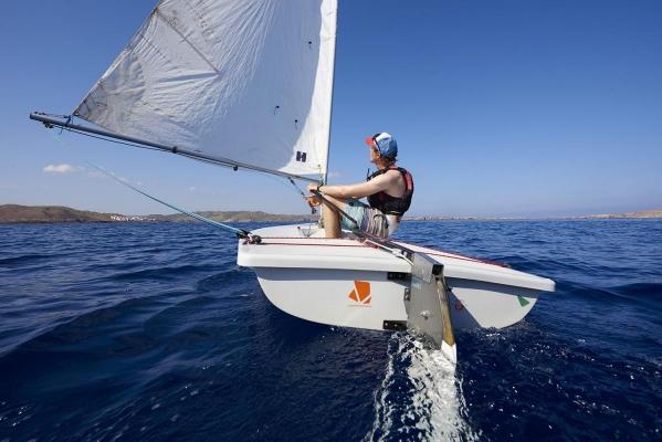 Duncan Jamason (18), Segellehrer und australisches Segeltalent im Laser, Segel- und Windsurfcenter Minorca Sailing, Bucht von Fornells, Fornells, Insel Menorca, Balearen, Spanien