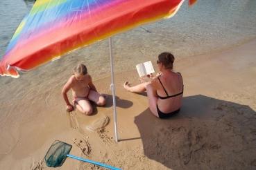 Strand von Stoupa, Messenischischer Golf,  Peloponnes, Griechenland, Sommer 2009, model released
