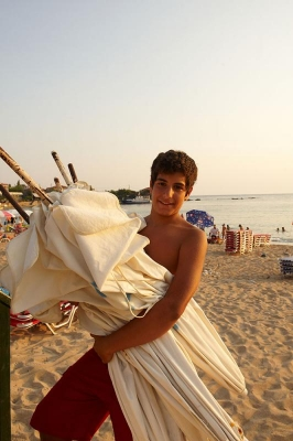 Sonnenschirmverleiher, Strand von Stoupa, Messenischischer Golf,  Peloponnes, Griechenland, Sommer 2009