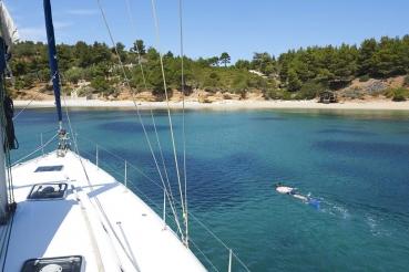"Bucht am Kap AK Kokkinoastro, bei Bucht Tzortzi Gialos, Yacht ""Lucky Trader"", Typ Beneteau Cyclades 50.5, Ostkueste Alonnisos, noerdliche Sporaden, Griechenland"