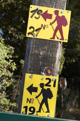 Wanderwege, Schilder, bei Cape Kastro, Nordkueste Insel Skiathos, noerdliche Sporaden, Griechenland