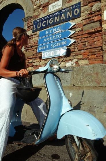 Vespa (Modell 1966) in Lucignano, Toskana