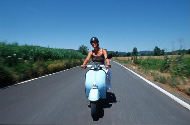 Vespa (Modell 1966) unterwegs auf Toskanas Straßen