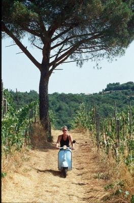 Vespa (Modell 1966) unterwegs auf Toskanas Feldwegen