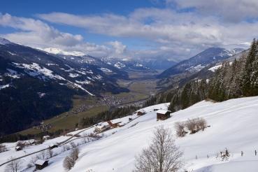 Tal, Panorama, verschneite Berge, gruenes Tal, Blick auf Aschau im Zillertal, Zillertal, Tirol, Oesterreich