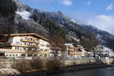 Hauser, Ortschaft, Berge, Schnee, traditionelle Bauweise, Fluss Ziller, Ort Zell am Ziller, Zillertal, Tirol, Oesterreich