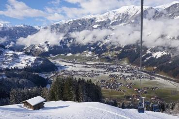 Tal, Panorama, verschneite Berge, gruenes Tal, Seilbahn, Berghuette, Blick auf Zell am Ziller, Zillertal, Tirol, Oesterreich
