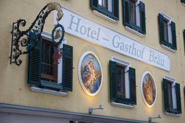 Ort Zell am Ziller, Hausfassade, Fensterlaeden, Gasthaus, Gastwirtschaft, Gegenlicht, Zillertal, Tirol, Oesterreich