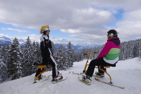 Snowbike, Mutter und Sohn, Frau und Kind auf Snowbike, Piste, Schnee, Berge, verschneite Baeume, bei Rosenalm, Zillertalarena, Zillertal, Tirol, Oesterreich