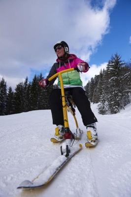 Snowbike, Frau mit Helm auf Snowbike, Piste, Schnee, Berge, verschneite Baeume, bei Rosenalm, Zillertalarena, Zillertal, Tirol, Oesterreich