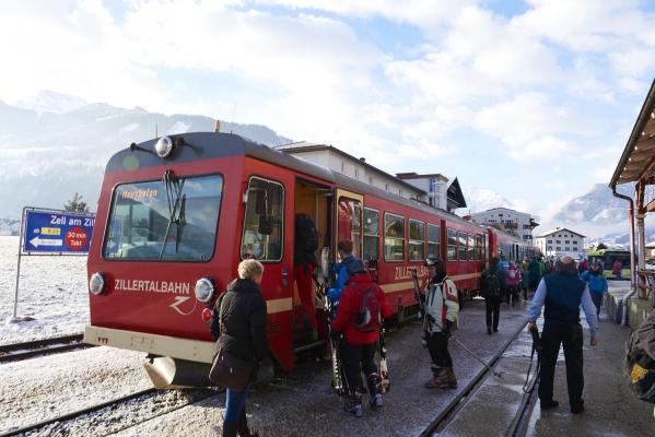 Bahnhof Ort Zell am Ziller, Schmalspurbahn, Zillertalbahn, Skifahrer, Bahnfahrer, Eisenbahn, Zillertal, Tirol, Oesterreich
