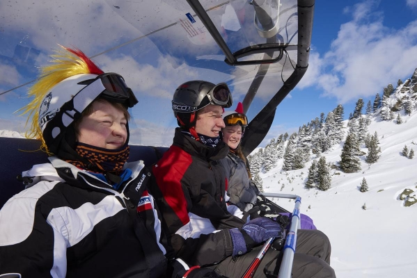 Sessellift, Skifahrer, Kinder, Jugendliche, Skihelm, Zillertal Arena, Zillertal, Tirol, Oesterreich