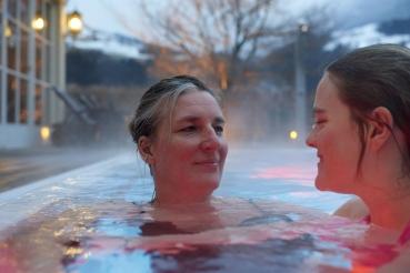 Aussenschwimmbecken, Winter, Mutter und Tochter, Schnee, Hotel Theresa, Zell am Ziller, Zillertal, Tirol, Oesterreich