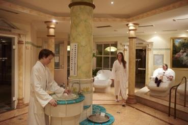 Spa- und Saunabereich, Hotelgaeste, Familie, Bademantel, Winterurlaub, 5-Sterne-Hotel Theresa, Zell am Ziller, Zillertal, Tirol, Oesterreich