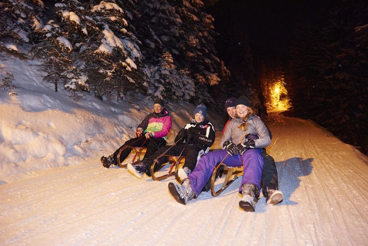 Nachtrodeln, Schlitten fahren,Mutter mit Kindern, laengste Rodelbahn im Zillertal, Gerlossteinbahn, Zillertal, Tirol, Oesterreich