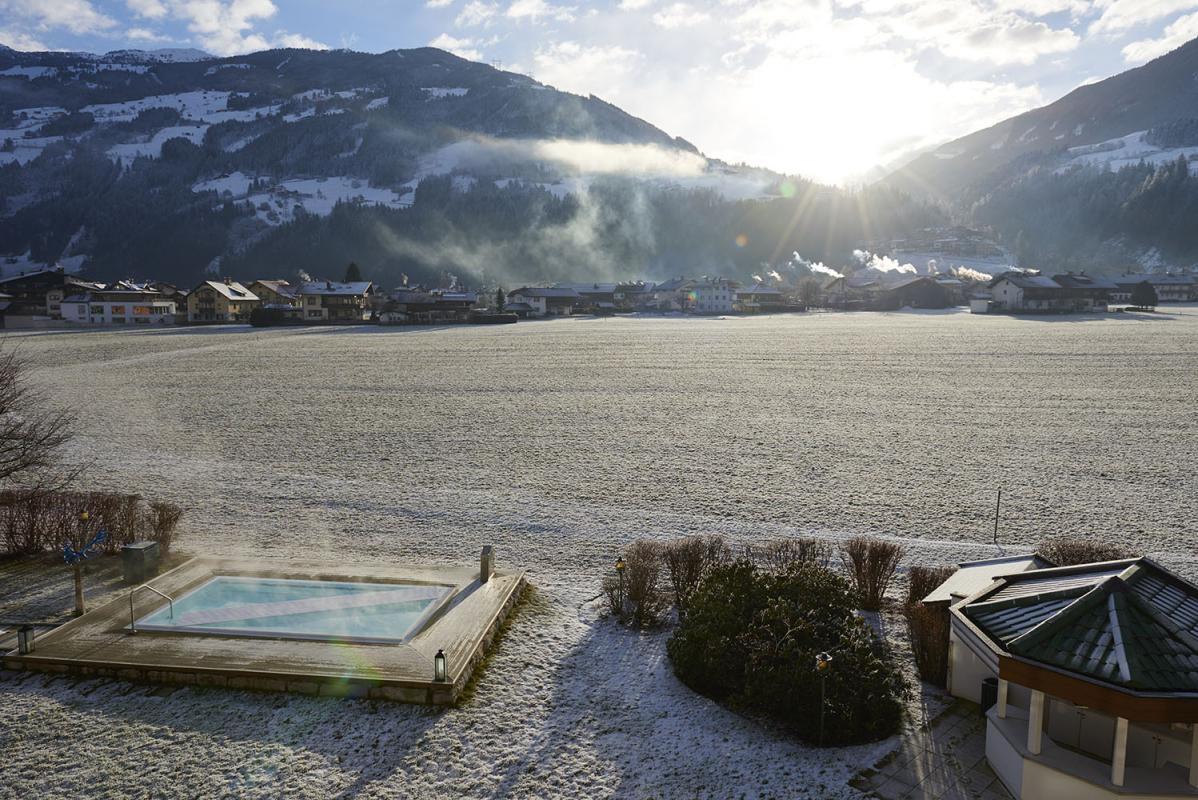 Aussenpool, Schwimmbad, Pool, Whirlpool, scheebedeckte Berge, Landschaft, Bergpanorama, Winterurlaub, 5-Sterne-Hotel Theresa, Zell am Ziller, Zillertal, Tirol, Oesterreich